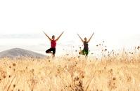 Puu asento auttaa nilkkojen vahvistamisessa ja vähentää iskias vaivoja. Puun lailla se maadoittaa kehon ja mielen.