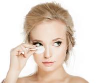 La leche limpiadora y el tónico de manzanilla tienen propiedades emolientes, cicatrizantes, antialérgicas y antiinflamatorias para la piel.