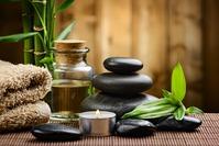 100% organische Öle in Verbindung mit heißen und kalten Basaltsteinen entspannen die Muskulatur und bringen Körper, Geist und Seele wieder in Einklang.