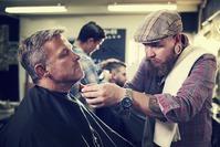 Nos salões de beleza e barbearias, profissionais tocam com constância no rosto e outras partes do corpo dos clientes. Imagem ilustrativa: arquivos Webnode.
