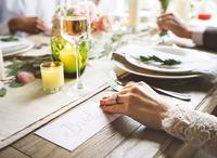 Bebidas finas e caras sempre acompanham os banquetes. E a decoração deve ser impecável, de modo a que o paladar, a visão e todos os sentidos dos que vão se refestelar possam ser contemplados. Imagem ilustrativa: arquivos Webnode.